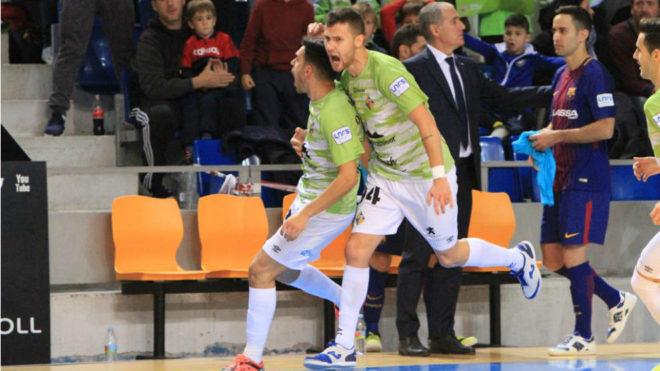 Quintela y Paradynski celebran el primero de los goles del Palma ante...