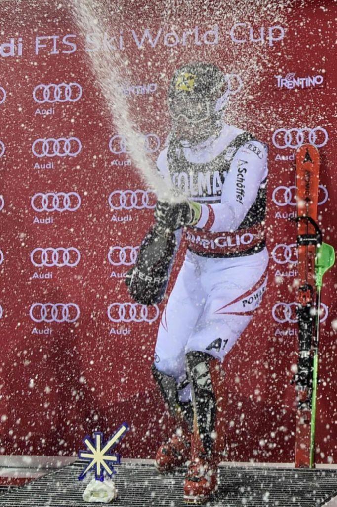 Marcel Hirscher celebra en el podio su victoria número 49. La ha...