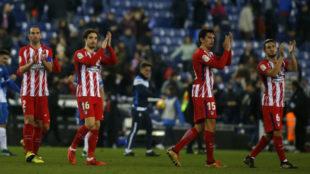Los jugadores del Atlético aplauden tras el partido.