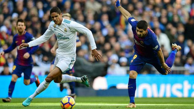 Varane se lleva el balón ante Luis Suárez