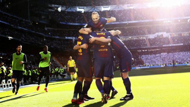 El Barça celebra la victoria en el Bernabéu.