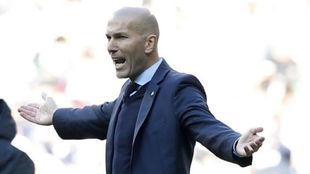 Zidane en la banda del Bernabéu.