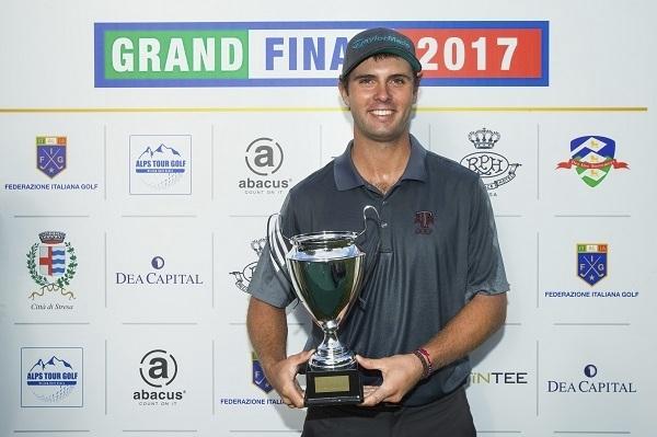 Arnaus, con el trofeo de ganador del Alps Tour.