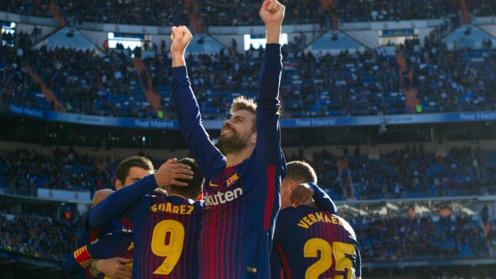 Piqué celebra un gol del Barcelona en el Bernabéu.