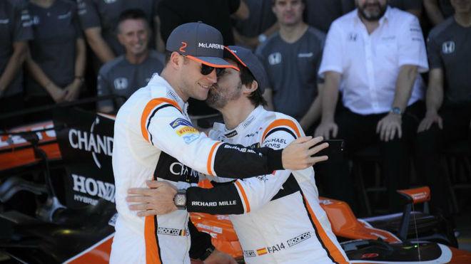 Alonso y Vandoorne, en la foto de equipo en el GP de Brasil