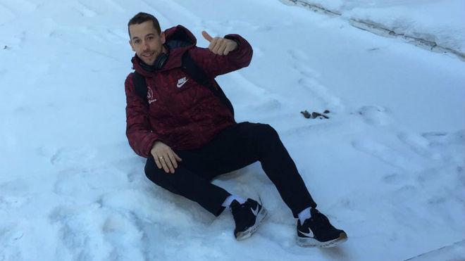 Lin, sobre la nieve antes de salir hacia un entrenamiento con su...
