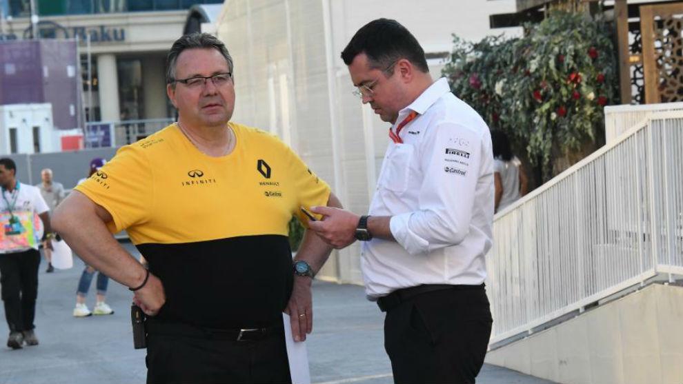 Boullier habla con un miembro de Renault, durante el Gran premio de...