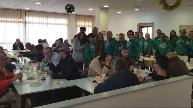 La Peña Els Garrafons dando la comida en Cáritas