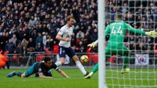 Kane strikes historic hat-trick as Spurs hammer Southampton
