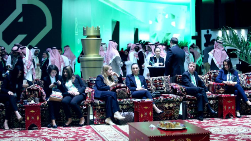 Según la FIDE, no es preciso usar vestimenta tradicional árabe en el...