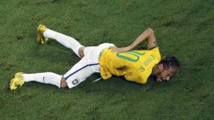 Neymar, dolorido en el suelo tras la entrada de Zúñiga en el Mundial...