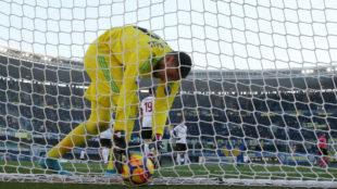 Donnarumma recoge el balón de la portería frente al Hellas Verona.