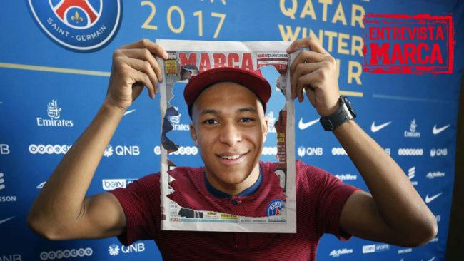 Mbappé posa con una portada de MARCA.