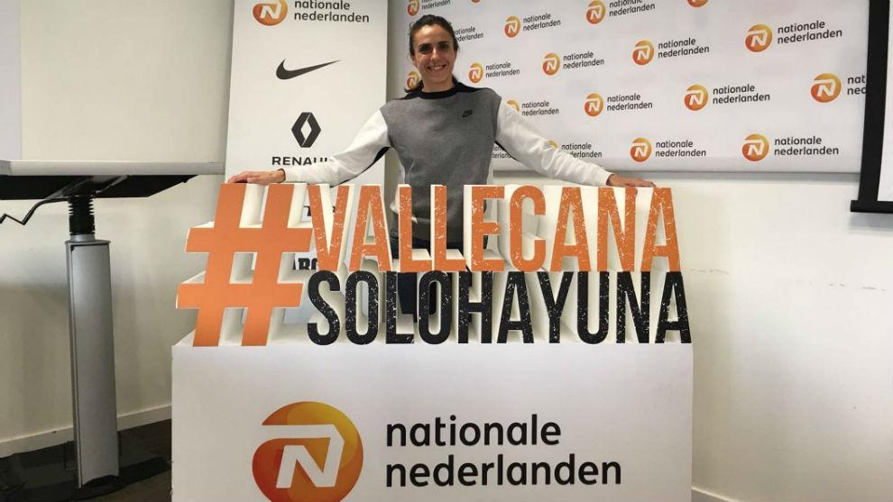 Nuria Fernández posa con el 'hashtag' de la San Silvestre Vallecana.