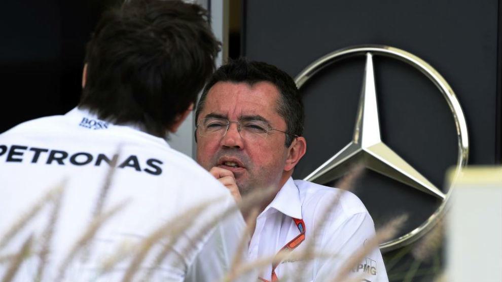 Toto Wolff, de espaldas, conversa con Eric Boullier (McLaren), durante...