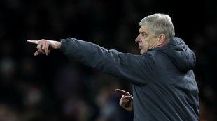 Wenger da indicaciones durante el partido contra el Liverpool en el...