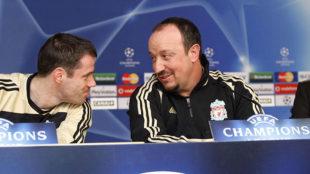 Carragher, junto a Benítez en una rueda de prensa en su etapa en el...