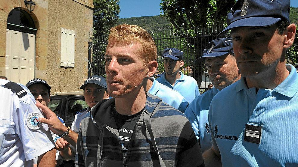 Riccardo Riccò, acompañado por gendarmes franceses en 2010.