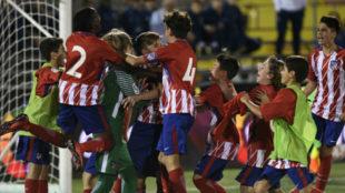 La plantilla del Atlético celebra el pase a la final en penaltis.