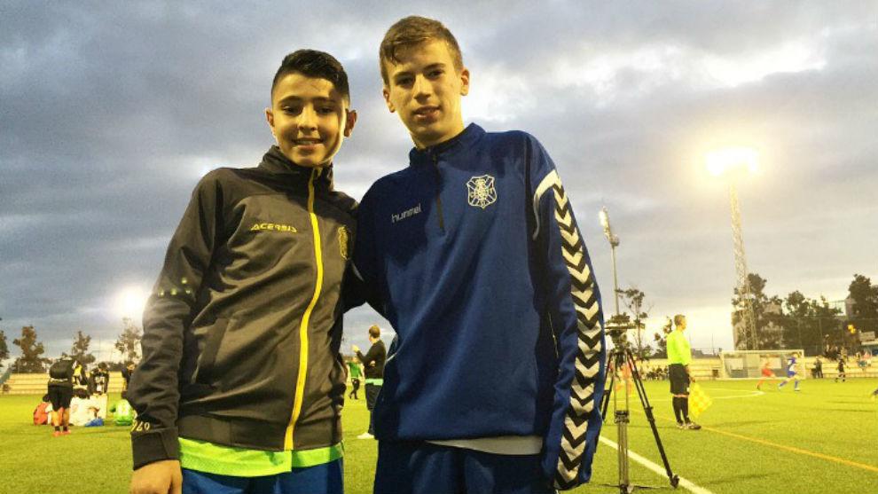 Dos jugadores de la UD Las Palmas y del Tenerife posan para MARCA.