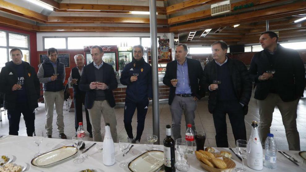 Miembros del Real Zaragoza realizan el brindis con los medios de...