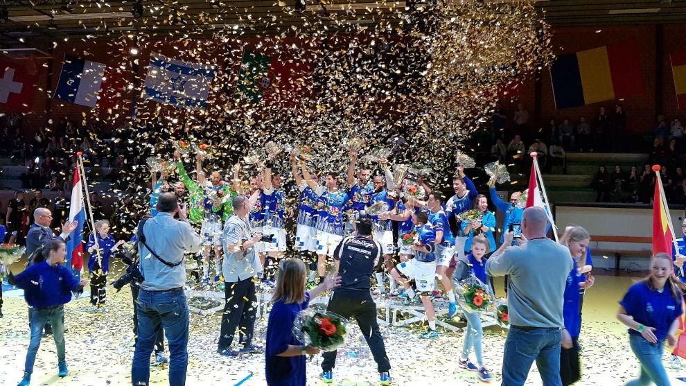Los jugadores del Benidorm celebran el título