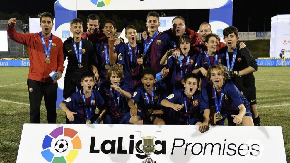 Los jugadores del Barça celebran un nuevo trofeo de LaLiga Promises