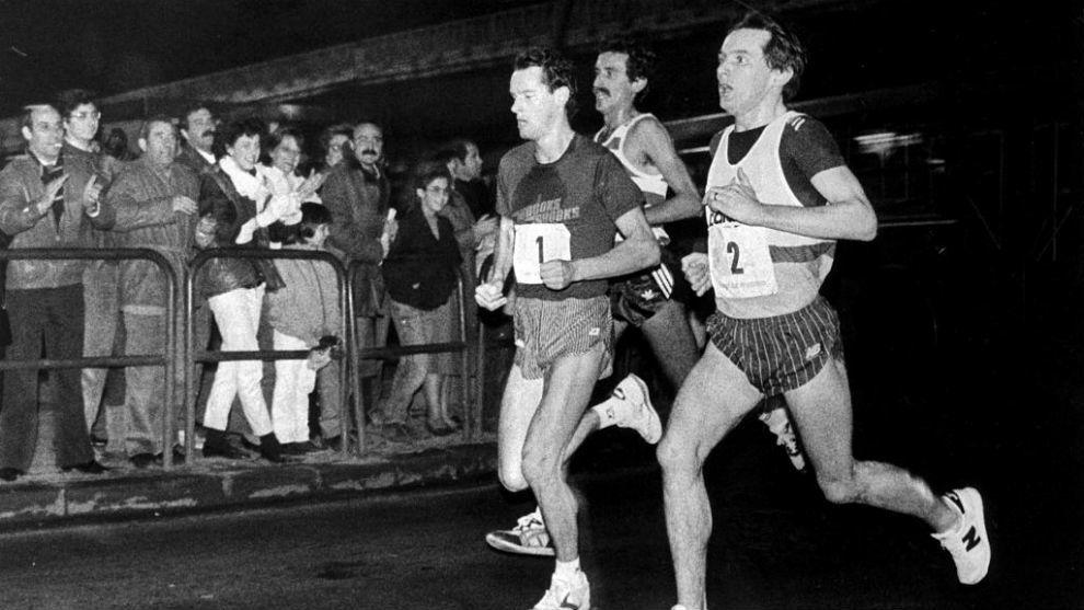 David Lewis lidera la prueba de 1985 ante la mirada del público...