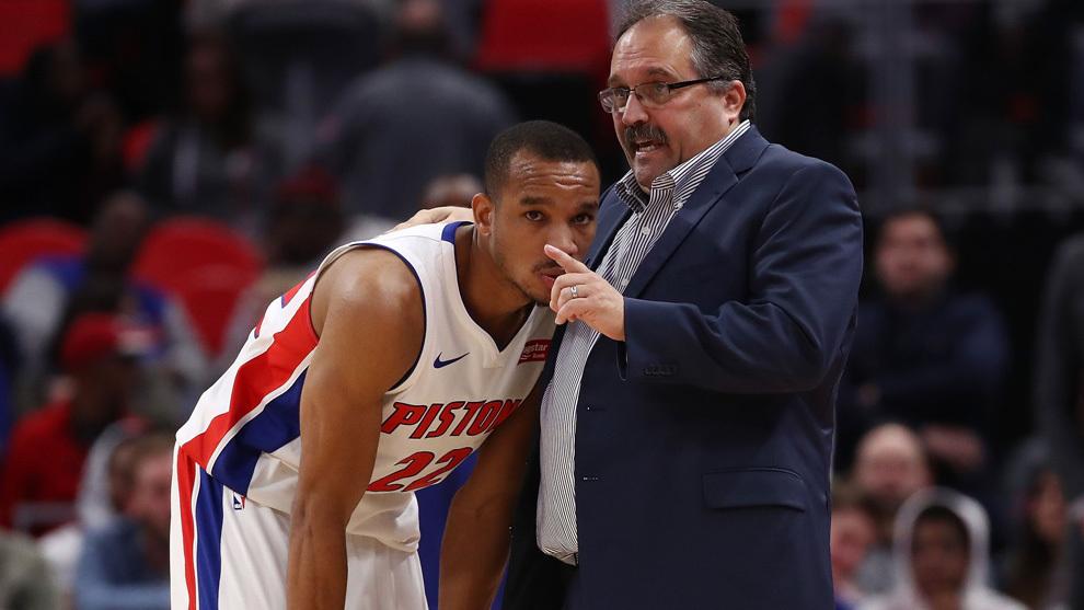 Bradley habla con su entrenador Van Gundy