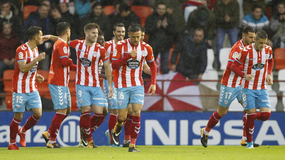 Los jugadores del Lugo celebran un gol.
