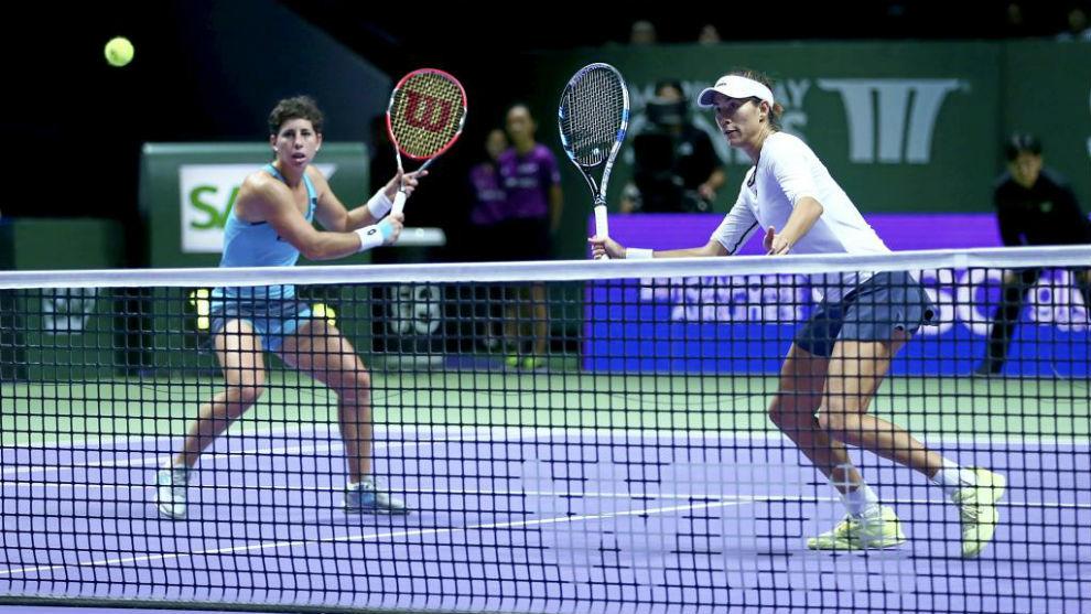 Carla Suárez y Garbiñe Muguruza durante un Masters de Singapur en...