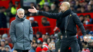 Guardiola da instrucciones a sus jugadores ante la mirada de Mourinho...