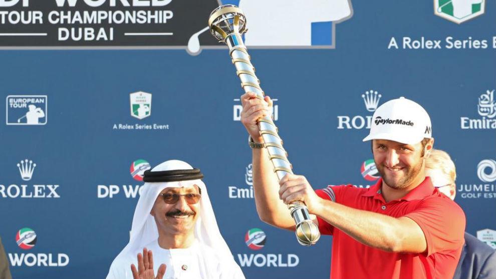 Jon Rahm posa con el trofeo de ganador del DP Wolrd Championship de...