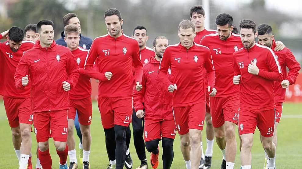 Los jugadores del Sporting durante el entrenamiento de este viernes