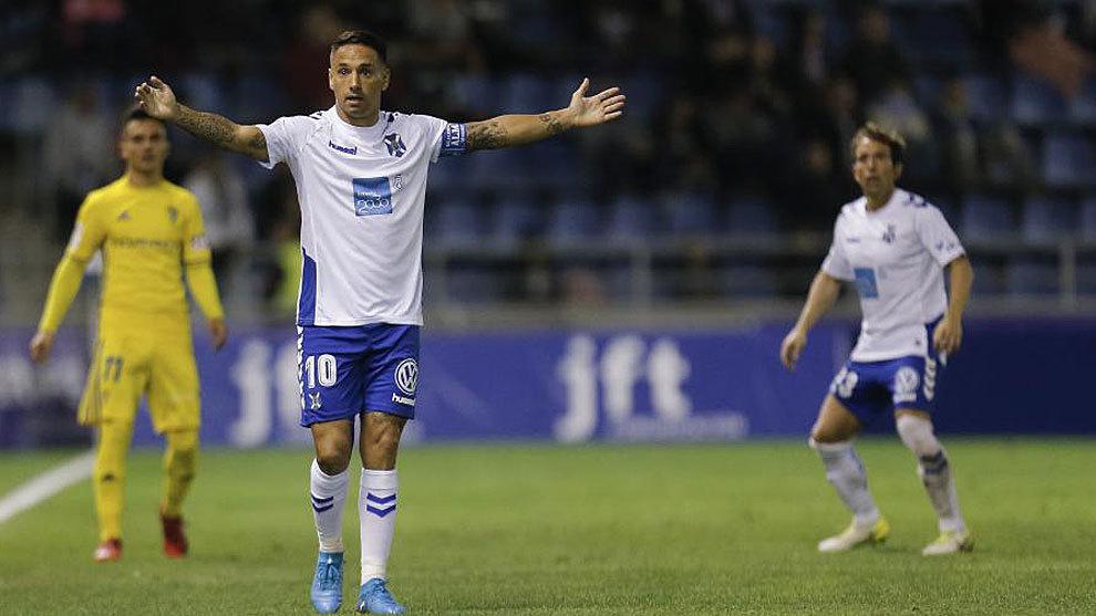 Suso Santana levanta los brazos durante el Tenerife-Cádiz, último...