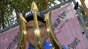 Van Avermaet con el tridente de vencedor de la Tirreno-Adriático...