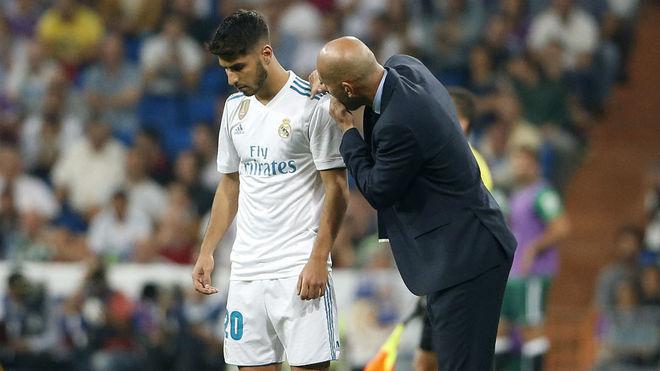Zidane, dando instrucciones a Asensio.