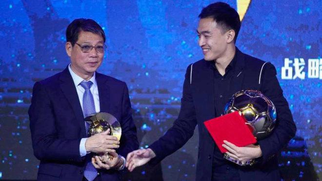 Xu Genbao junto al también premiado Feng Xiaoting en la gala del...