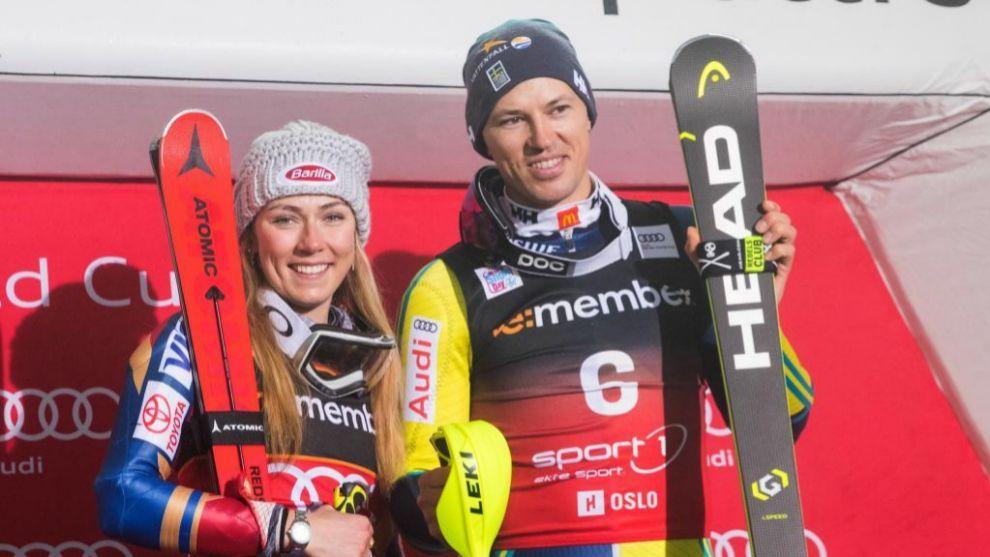 Mikaela Shiffrin y Andre Myhrer posan en el podio del City Event de...