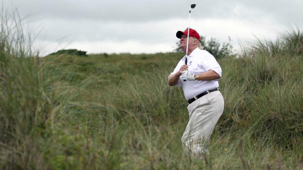 Donald Trump juega al golf en el Trump International Golf Links Course...