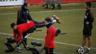 Diego Costa, realizando un ejercicio físico durante el entrenamiento...