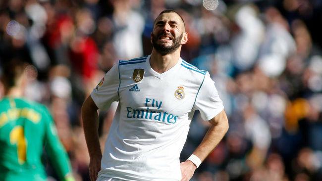 Benzema se lamenta durante el Clásico.