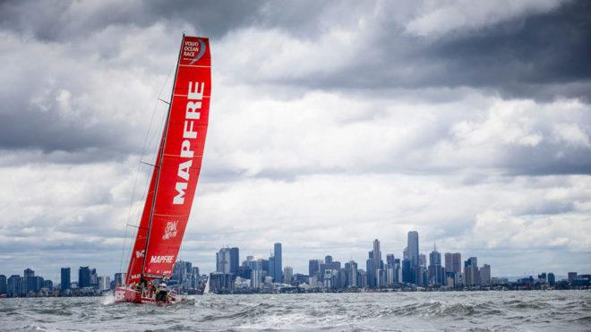 El MAPFRE navegando en la bahía de Melbourne.