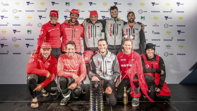 El MAPFRE posa con el trofeo de ganadores de la tercera etapa