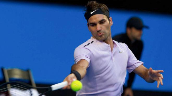Roger Federer golpea la pelota durante el partido frente al ruso Karen...