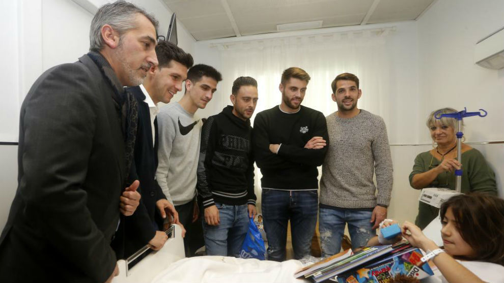Ramón Robert y varios jugadores en la visita al Hospital de Nens este...