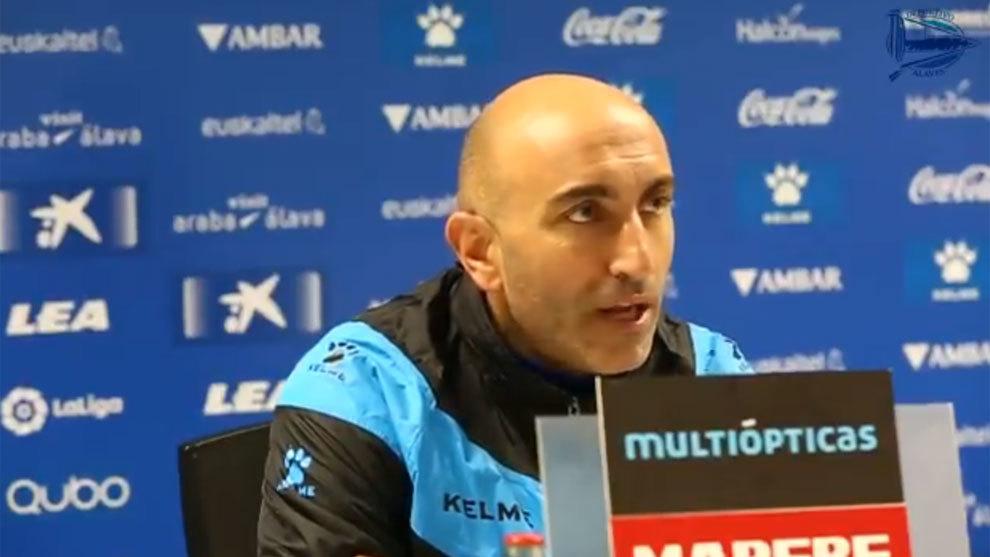 El entrenador babazorro durante la rueda de prensa previa al partido...