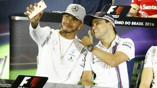 Hamilton se hace un 'selfie' con Massa.