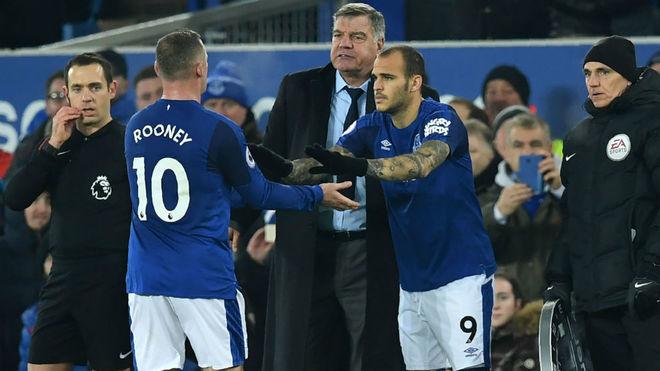 Sandro entra por Rooney.