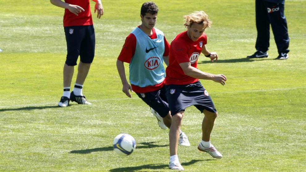 Aitor Núñez pugna con Forlán en un entrenamiento del Atlético.